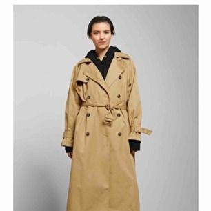 Isa trench coat från Weekday säljes i XS, helt oanvänd, prislapparna sitter fortfarande kvar.