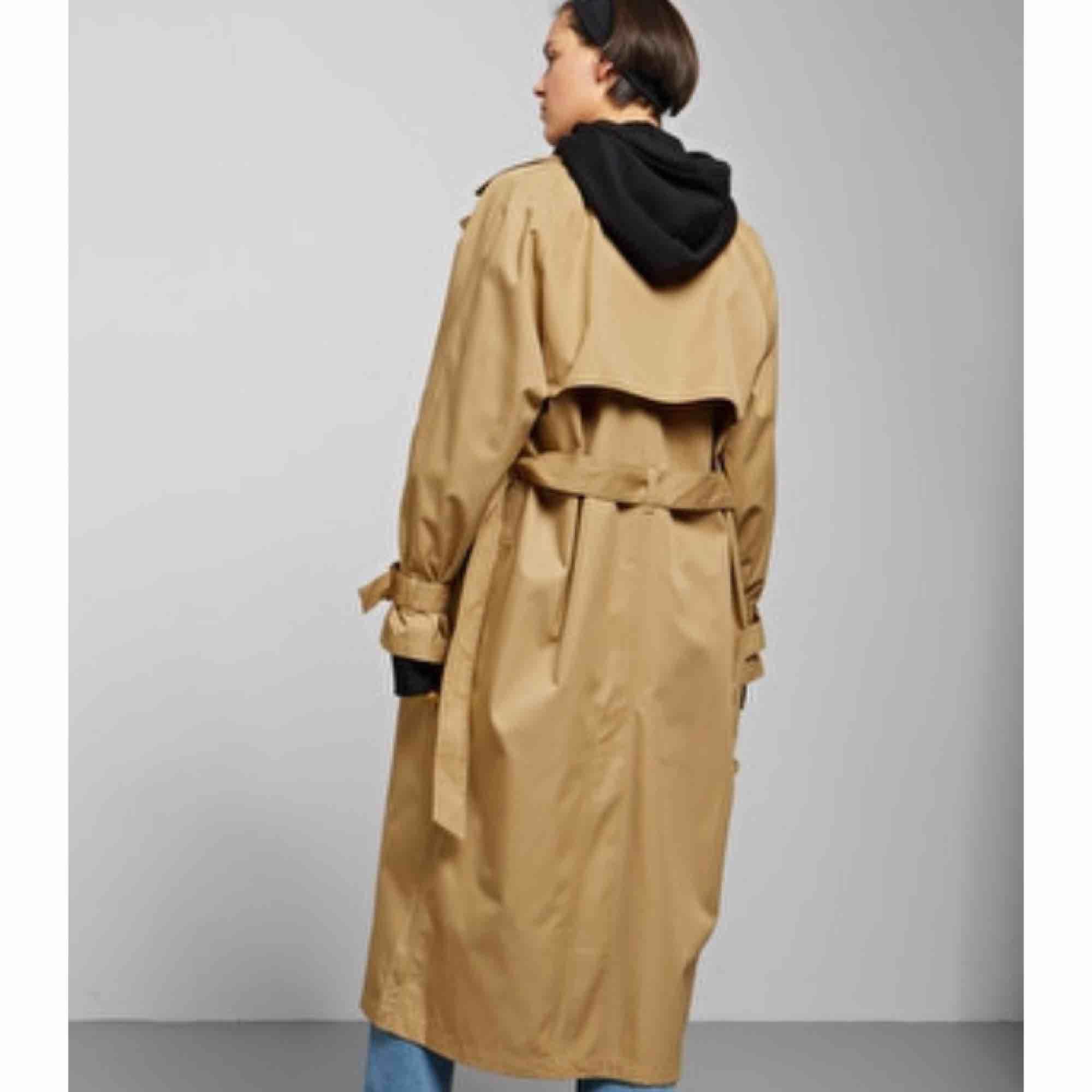 Isa trench coat från Weekday säljes i XS, helt oanvänd, prislapparna sitter fortfarande kvar.. Jackor.