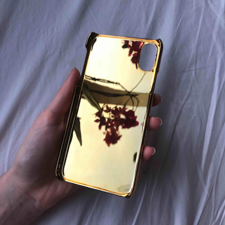 Helt nytt skal ifrån Skinnydip, har aldrig använt det bara testat på mobilen. Hela motivet är broderat på ljusrosa skinnimitation. Kanterna är i blankt guld. Så fint! Kostade 18£ nytt så ca 250 spänn.. Accessoarer.