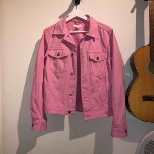 Neon rosa jeansjacka från H&M i superfint skick! Älskar den, dock kommer den aldrig till användning. Sitter lite oversize på mig som har 34/XS, men tror det är meningen med modellen!