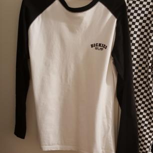 Enkel och skön dickies tröja. Fungerar med allting. Skön nu till sommarn då den har en relaxed look vilket gör till bra vädring.