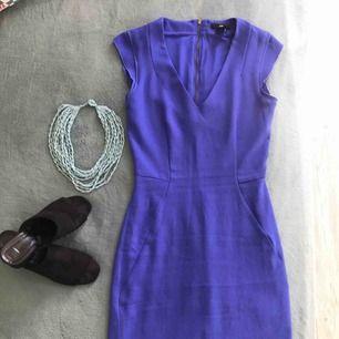 Fantastisk kornblå figurnära klänning!