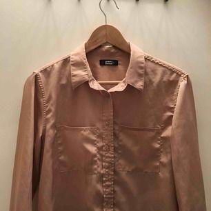 Snygg beige skjorta köpt på second hand i fjol! Skönt  material och dessutom fint skick:-) köparen står för frakt🌸🌸