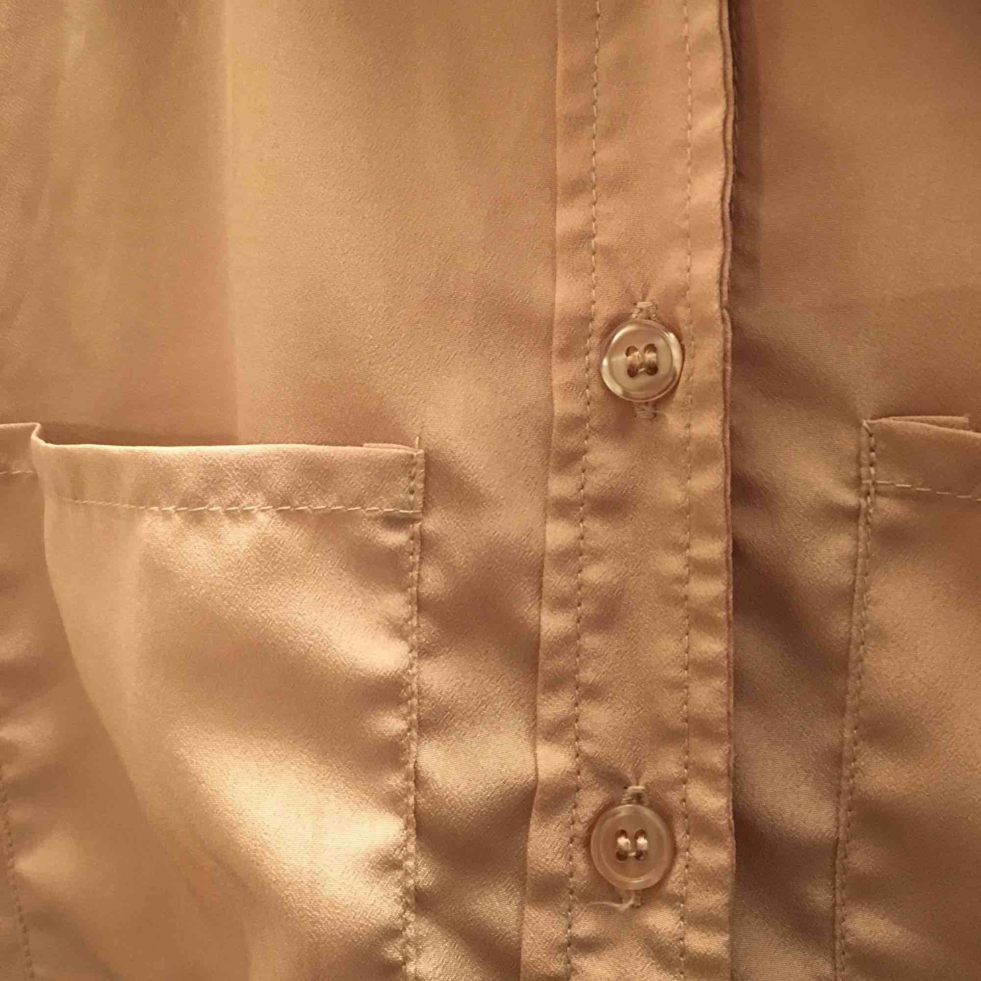 Snygg beige skjorta köpt på second hand i fjol! Skönt  material och dessutom fint skick:-) köparen står för frakt🌸🌸. Skjortor.