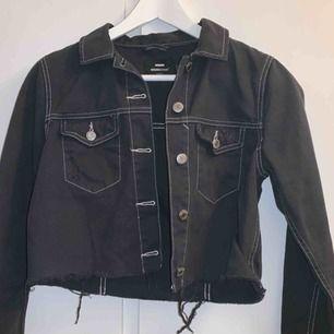 Helt ny jeans jacka från dr denim, aldrig använd! Svart med vita sömmar, den e croppad. Kommer ej till användning