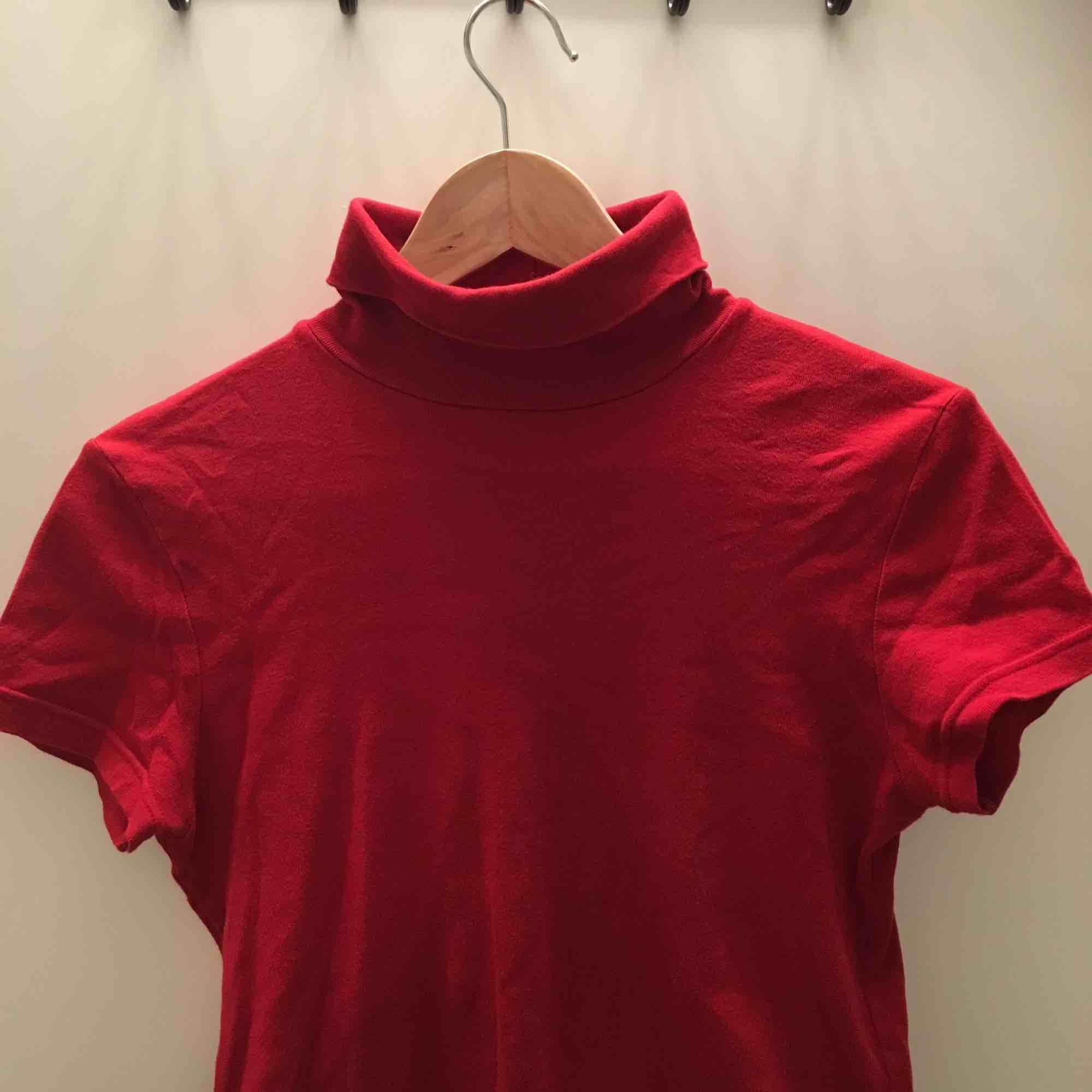 Snygg kortärmad polo från sisley! Köpt på humana men hur fint skick som helst🌸. T-shirts.