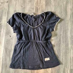 Marinblå Odd molly t-shirt. Köpt för cirka 590kr. Tröjan är i bra skick! Möts upp i linköping annars står köparen för frakt ❤️