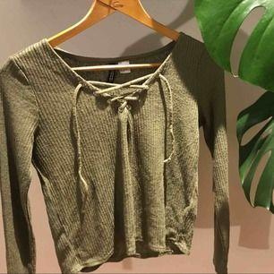 Militärgrön långärmad från H&M. I bra skick och skönt material. Frakt tillkommer :)
