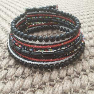 Fin Afrikansk halsband med små pärlor i olika färger. Kan skickas annars finns i Malmö