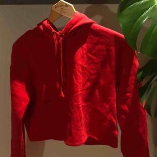 Oanvänd croppad röd hoodie. Super skön och mjuk inuti och en Nice fit. Säljas pga kom aldrig till användning. frakt tillkommer🔴