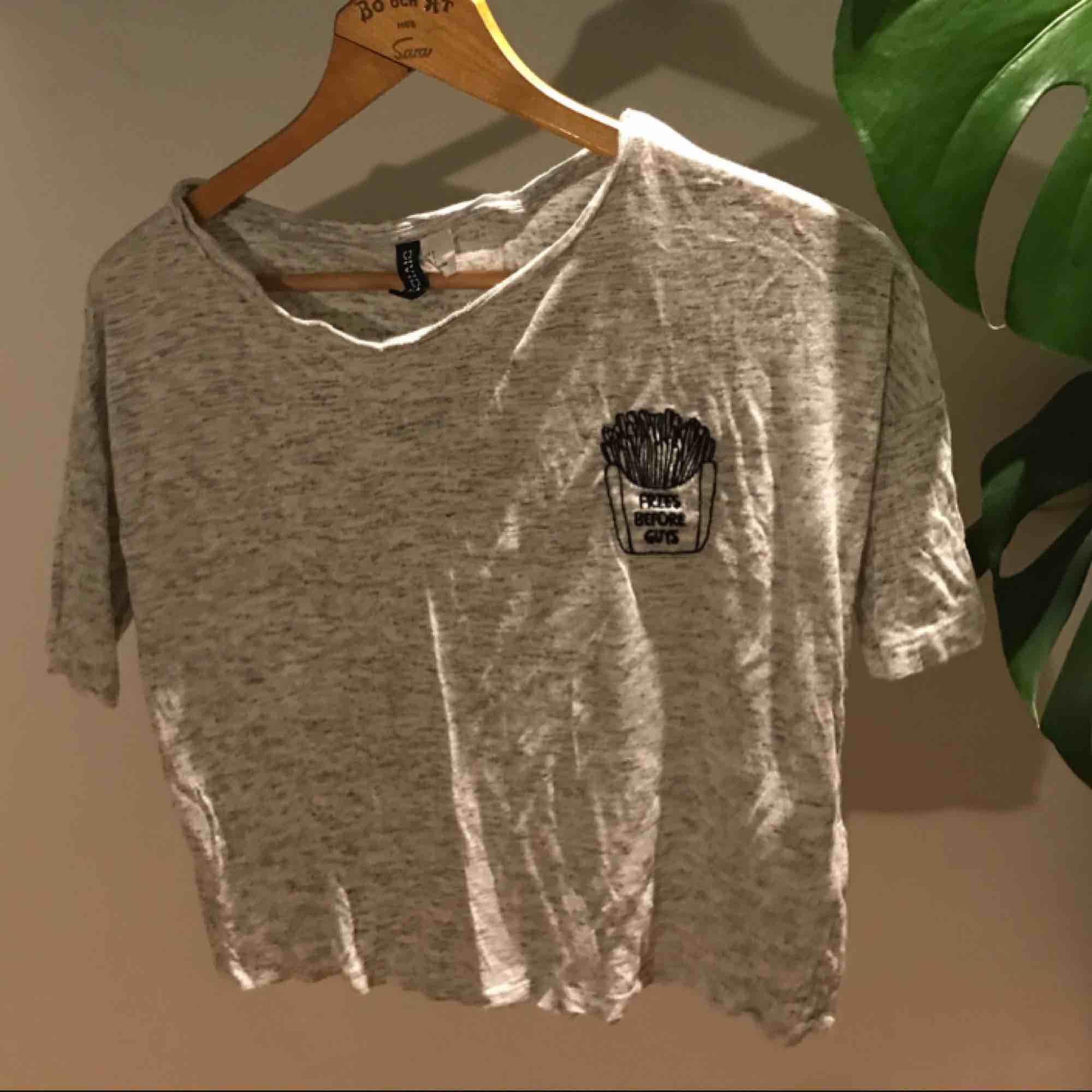 """Vit gråspräcklig t-shirt från hm med loggan """"fries before guys"""" aldrig använd. . T-shirts."""