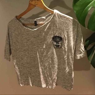 """Vit gråspräcklig t-shirt från hm med loggan """"fries before guys"""" aldrig använd."""