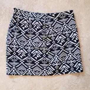 Kort kjol från HM i strl 34. Dragkedja på baksidan. Knappt använd. Säljer också matchande överdel i strl 36. Köparen står för frakt, kan också mötas upp i Uppsala.