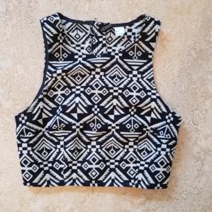 Top från HM i strl 36. Dragkedja på baksidan. Knappt använd. Säljer också matchande kjol i strl 34. Köparen står för frakt, kan också mötas upp i Uppsala.