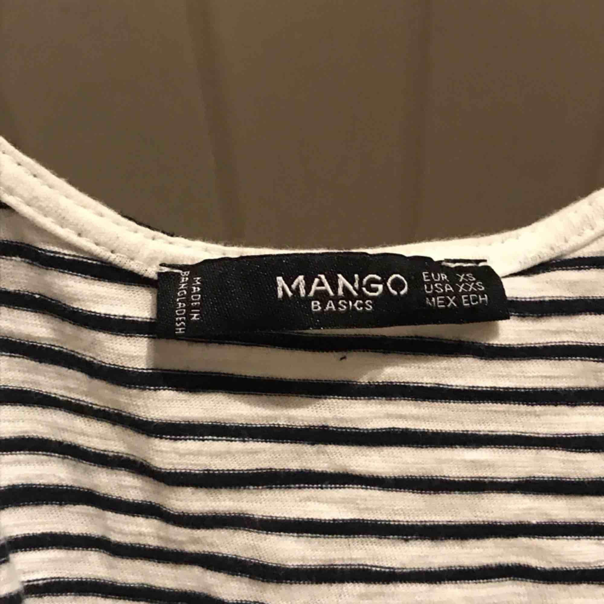 Linne från mango med söta små knutar på axelbanden. Står XS men skulle säga S då den är relativt vid. Knappast använd och i bra kvalité! Frakt tillkommer :). Toppar.