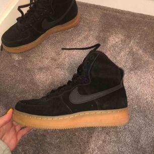 Höga svarta Nike AF i mocka o brun sula. KNAPPT ANVÄNDA, dom är för små för mig men jättefina! Kan både användas med spänne runt vristen (se sista bilden) eller utan. I jättebra skick!!