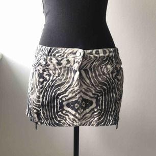 Kort jeanskjol i zebramönster. Detaljer i form av dragkedjor i sidan. Strl 36 men upplever den ganska liten. Köparen står för frakten 🦓🖤