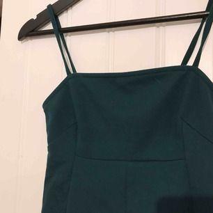 """Grönt jätte fint linne från Nelly! Använd ett fåtal gånger, fint skick. Färgen är helt underbar och den sitter jätte fint på, man kan absolut ha den utan något under då den är rätt """"täckande"""" över bysten! Hör av dig om du är intresserad🥰☀️"""