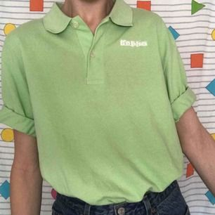 Skitsnygg ♻️second hand♻️ Kappa t-shirt/piké i en neon/lime gröng färg 💚 Stajla med shorts i sommar 😍 Frakt på 36kr 📨