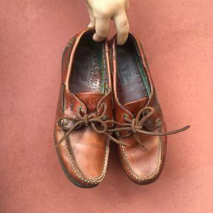 Loafers i mycket bra skick och med snygg detalj med flaggor på insidan. Från märket Ten Points.
