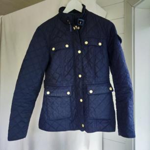 Säljer min mörkblå quiltade jacka med gulddetaljer från Stockhlm. Storlek 36, justerbar i ryggen med knappar. Dragkedjor i ärmslut. Använd men i ett superskick, lite skav på några utav knapparna annars som ny. Inköptes för 1300:- säljes för 550 inkl. frakt ⭐