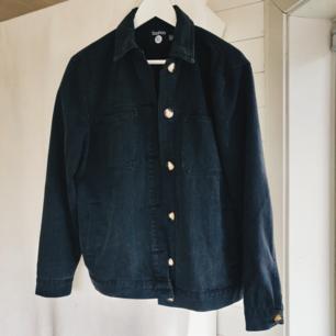 Svart jeansjacka med knappar och fickor. Jättefint skick! Säljes för att jag har för mycket jackor😅  inköptes för någon månad sen på boohoo. Säljes för 150 +frakt (50 kr) 🥰