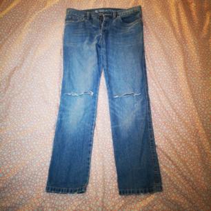 Boyfriend jeans från cubus med hål på knäna och knappar istället för dragkedja, storlek 34. Använt 1 gång bara, helt i nytt skick. Köparen står för frakt
