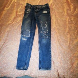 Håliga jeans från Cubus med fina scratch-detaljer på fickorna. Endast använda ett par gånger. Storlek 34  Köpta för 499 kr Köparen står för frakt.