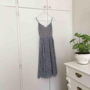 Fin spetsklänning i ljusblått. Ganska stor i storlek, brukar ha 34/36 i vanliga fall. Kan mötas upp i Stockholm kan skicka och då betalar köparen frakt.