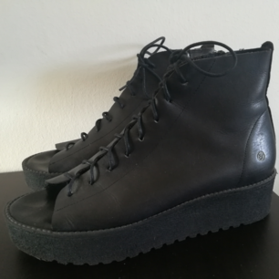 Hey, Im selling black leather shoes (spanish brand Sixty seven). There are size 39 and this size fit great, but normally I wear size 40. In very good condition, wear them only twice.