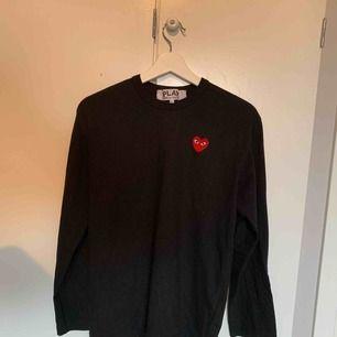 Comme des Garcons Play långärmad T-shirt i storlek L. Inköpt oktober 2018, men knappt använd. Kanonbra skick! Kvitto finns! Fraktar naturligtvis!