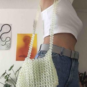 Beaded pärlväska i nyskick med tags kvar från Urban Outfitters. Typ ljus limegrön/gul nyans 💛💚 jättttttefin!!!