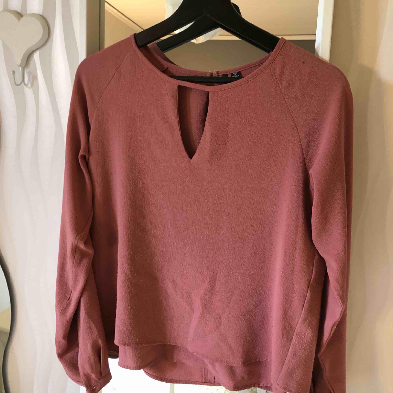 Denna blus är lite nopprig, men annars i fint skick! Typiskt blus material, aprikos färgad!! Bjuder på frakt . Blusar.