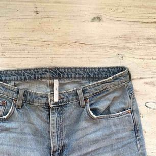Trendiga utsvängda ace-jeans från Weekday!