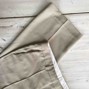 """Kostymbyxor från Arket, superfina!! Sparsamt använda, jättefint """"flowy"""" tyg i en fin beige färg."""