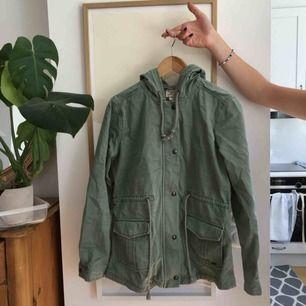 Militärgrön jeansjacka från Levis, lite skrynklig på bilden men annars i jättefint skick