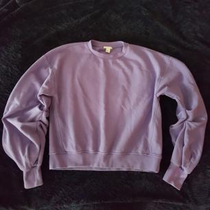 Mysig sweatshirt med stora, draperade ärmar. Färgen är som i bild 2. 50 kr, kan mötas upp i sthlm eller skickas (köparen betalar porto)