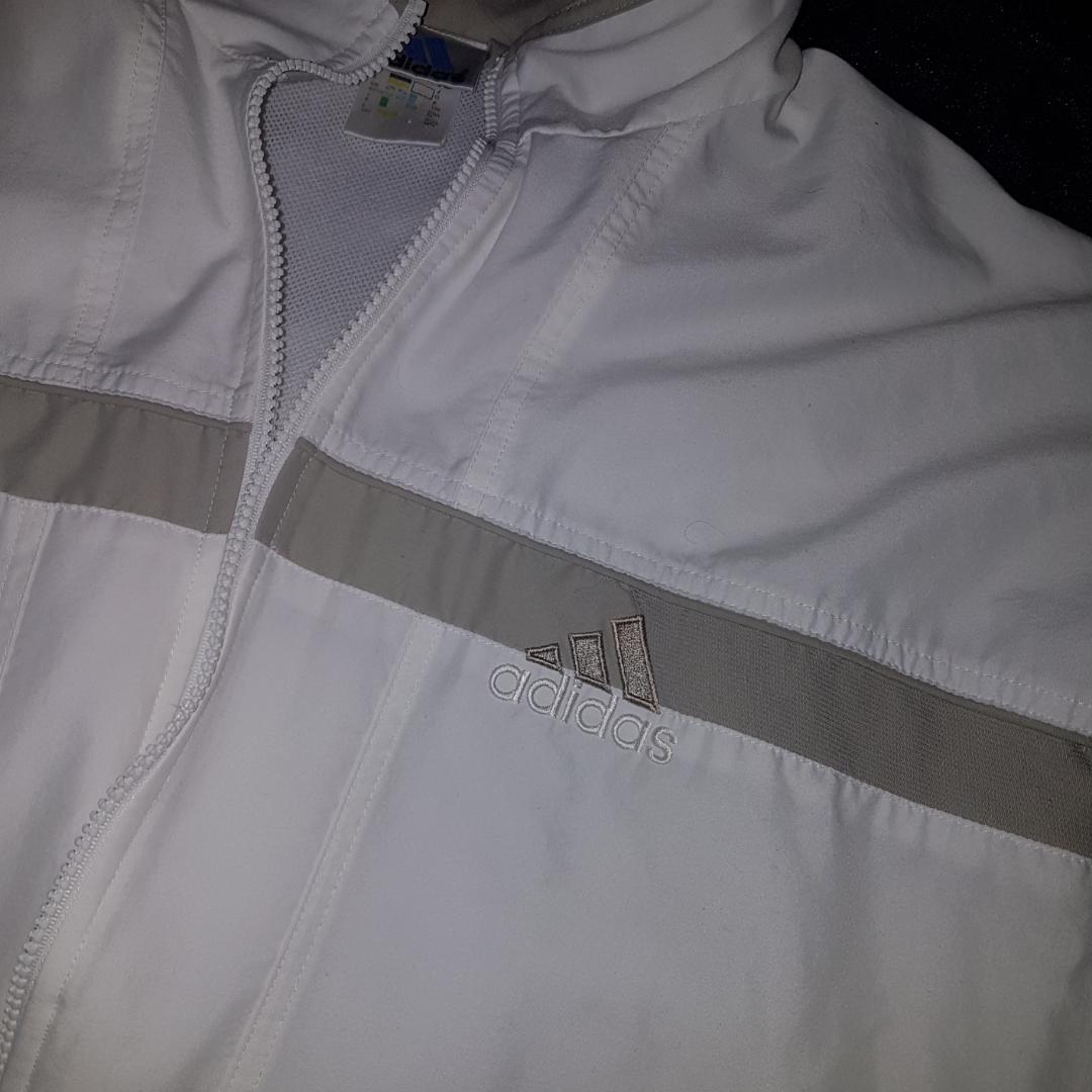 Vit och grå Adidasjacka. Adidasmärket finns både på framsidan och på ryggen. Har en liten fläck på ena ärmen. 300 kr, kan mötas upp i sthlm eller skickas (köparen betalar portot) 🌟. Jackor.