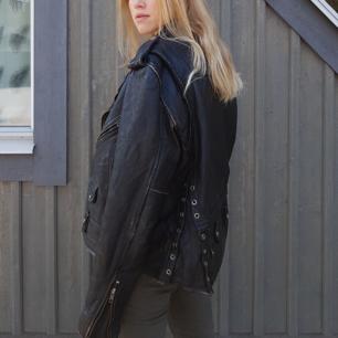 Asball oversize skinnjacka i äkta läder. Jag köpte denna jacka på Beyond Retro i höstas men har tyvärr inte använt den så mycket som den förtjänar 💖💃🏼🥂 Jag är 170cm lång och brukar ha storlek S-M. Priset kan diskuteras.