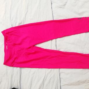 Träningstights från Soc i magisk cerise-rosa färg. Egentligen barnstorlek men passar en small 😊