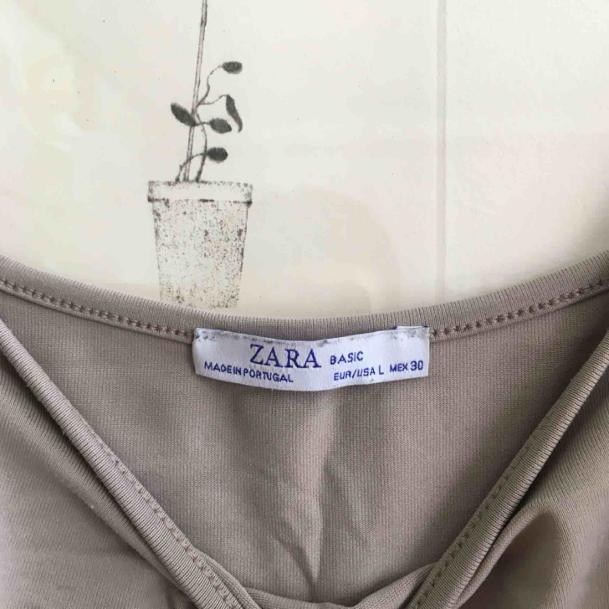 Fint beiget linne från Zara! Fint skick. Toppar.
