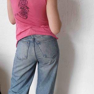 Rosa och mjuk topp med fina detaljer på ryggen. Märke okänt. Storlek: M. Material: 95 % viskos 5 % elastan. Pris 100 kronor inkl.