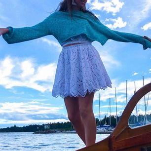 Super fin vit sommar kjol från bikbok! Perfekt till vardags och fest! Bara använd 1 gång. Helt i nyskick! Köpt för 349 kr.