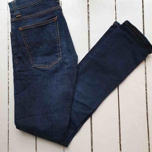 Snygga, mörkblå jeans i bra skick. Märke: Nudie Jeans Co Storlek: 26 32 Material: denim Pris: 450 kronor inkl.