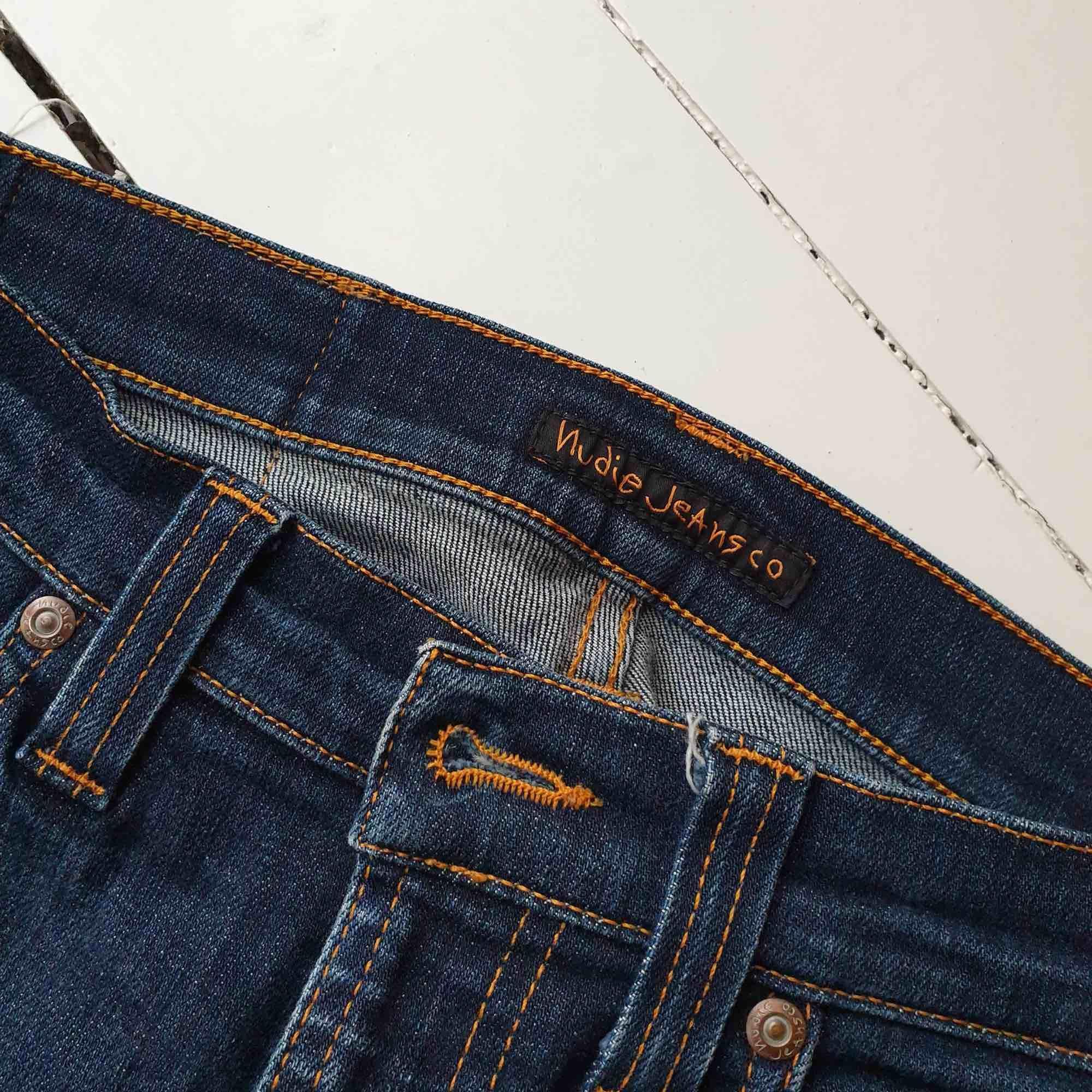 Snygga, mörkblå jeans i bra skick. Märke: Nudie Jeans Co Storlek: 26 32 Material: denim Pris: 450 kronor inkl.. Jeans & Byxor.
