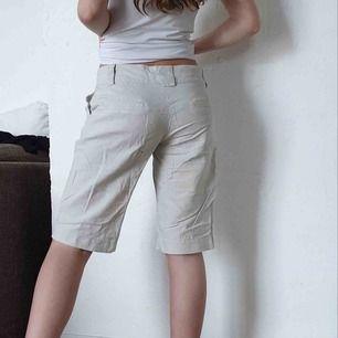 Snygga linneshorts som tyvärr är lite skrynkliga på bilderna. Märke: Vero Moda Storlek: 34 Material: 100 % linne Pris: 150 kronor inkl.