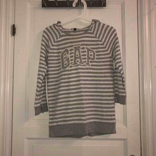 Grå-vitrandig hoodie från GAP, köpt i USA. Supermysig med stor luva.