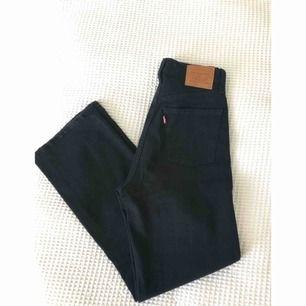 Superfina jeans från Levis, aldrig använda. Säljer pga köpte fel storlek. Höga i midjan och raka i benen. Modell: ribcage straight, waist 26.  Material: 97% bomull, 2% polyester, 1% elastan. Passar dig som har 26/27 i Levis. Frakt tillkommer ✨