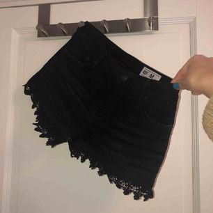 Svarta jeansshorts med fransar nedtill från Crocker. Knappas använda alls.