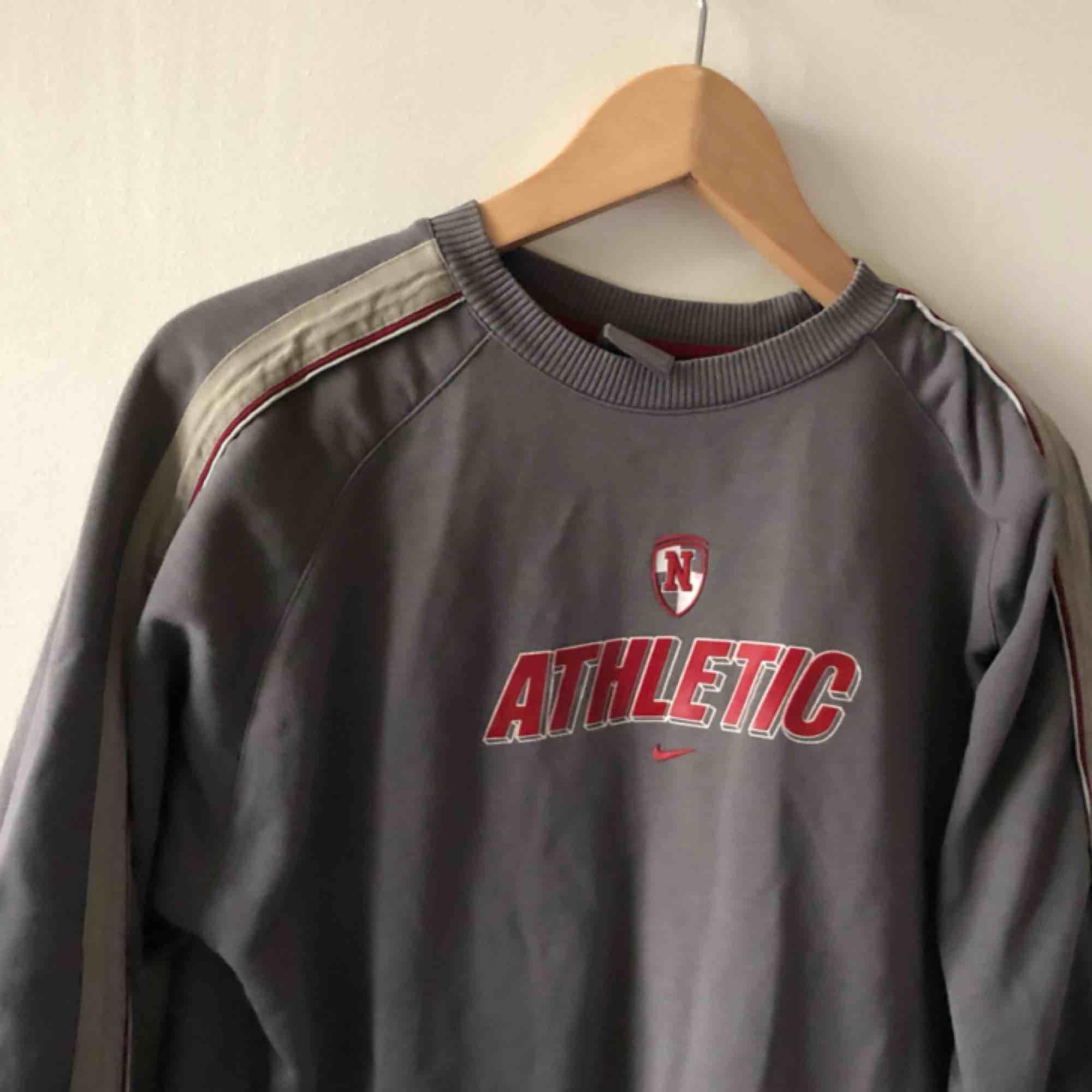 Vintage Nike - Snyggt urtvättad, bra skick på trycket. Kan hämtas i Uppsala eller skickas mot fraktkostnad. 152 / 164 på lappen sitter som small. Huvtröjor & Träningströjor.